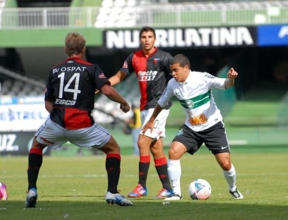 Denis Neves, lateral esquerdo do Coritiba, em amistoso contra o Colón (26/01)
