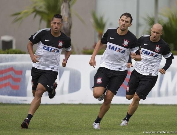 Paulo André, zagueiro do Corinthians, se esforça em treino no CT Joaquim Grava ao lado de Ralf e Alessandro