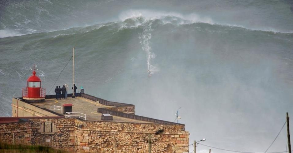 Surfista norte-americano Garret McNamara desceu onda gigantesca em Portugal