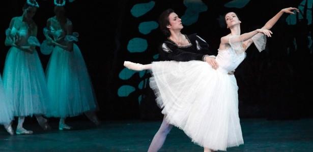 """10.fev.2011 - Os bailarinos Svetlana Lunkina e Ruslan Skvortsov apresentam o balé """"Gisele"""" em Lausanne - REUTERS/Denis Balibouse"""