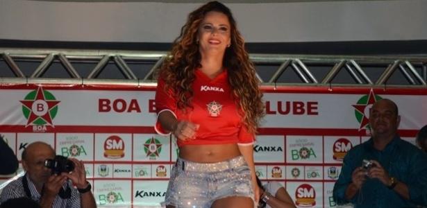 28/01/2013 - Viviane Araújo desfila nova camisa do Boa Esporte, em evento em Varginha (MG)