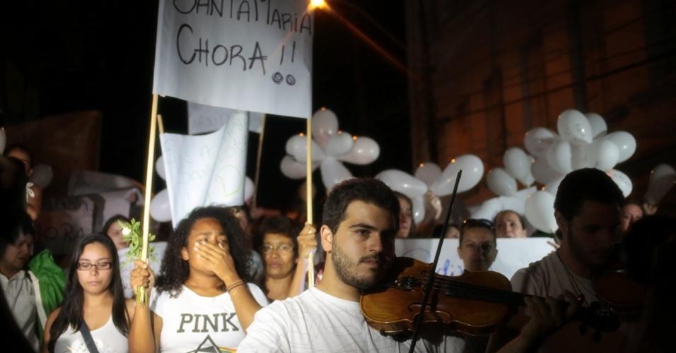 28.jan.2013 - Ao som de violinos, manifestantes participam de passeata pela paz, realizada na praça Saldanha Marinho, em Santa Maria (RS), em homenagem às vítimas do incêndio na boate Kiss, que matou 231 pessoas