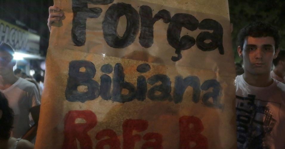 28.jan.2013 - Cartazes em apoio aos familiares das vítimas do incêndio na boate Kiss, que matou 231 pessoas, são exibidos durante passeata pela paz, realizada na praça Saldanha Marinho, em Santa Maria (RS)