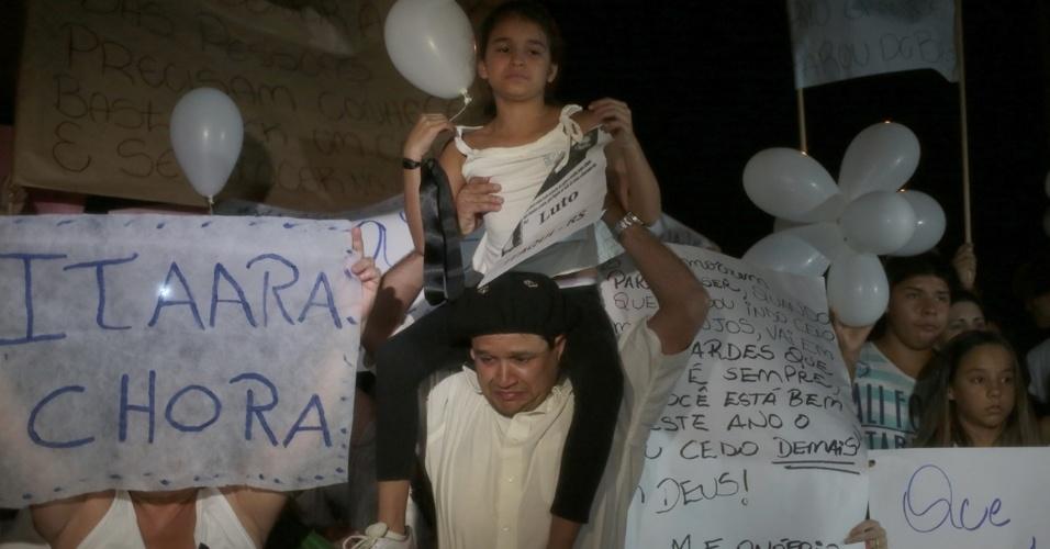 28.jan.2013 - Crianças também marcam presença em passeata pela paz, realizada na praça Saldanha Marinho, em Santa Maria (RS), em homenagem às vítimas do incêndio na boate Kiss, que matou 231 pessoas