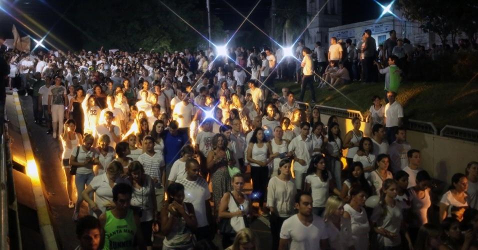 28.jan.2013 - De camisetas brancas com uma faixa preta representando o luto, cerca de 10.000 pessoas participaram de passeata pela paz, realizada na praça Saldanha Marinho, em Santa Maria (RS), em homenagem às vítimas do incêndio na boate Kiss, que matou 231 pessoas