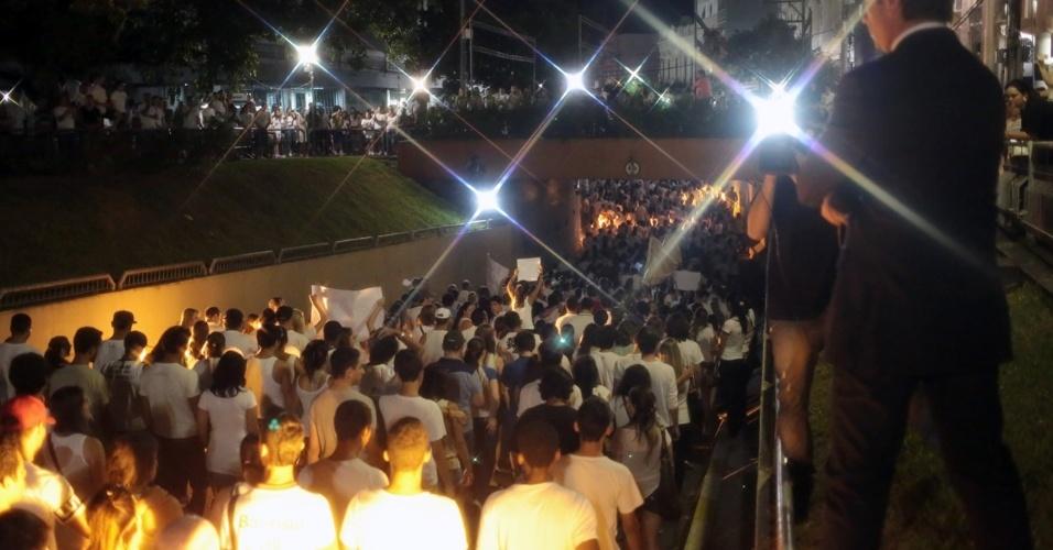28.jan.2013 - De luto e em silêncio, cerca de 10.000 pessoas participaram de passeata pela paz, realizada na praça Saldanha Marinho, em Santa Maria (RS), em homenagem às vítimas do incêndio na boate Kiss, que matou 231 pessoas