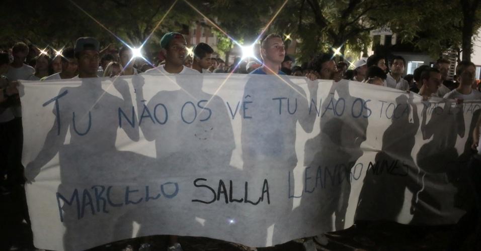 28.jan.2013 - Familiares e amigos das vítimas do incêndio na boate Kiss, que matou 231 pessoas, participam de passeata pela paz, realizada na praça Saldanha Marinho, em Santa Maria (RS)