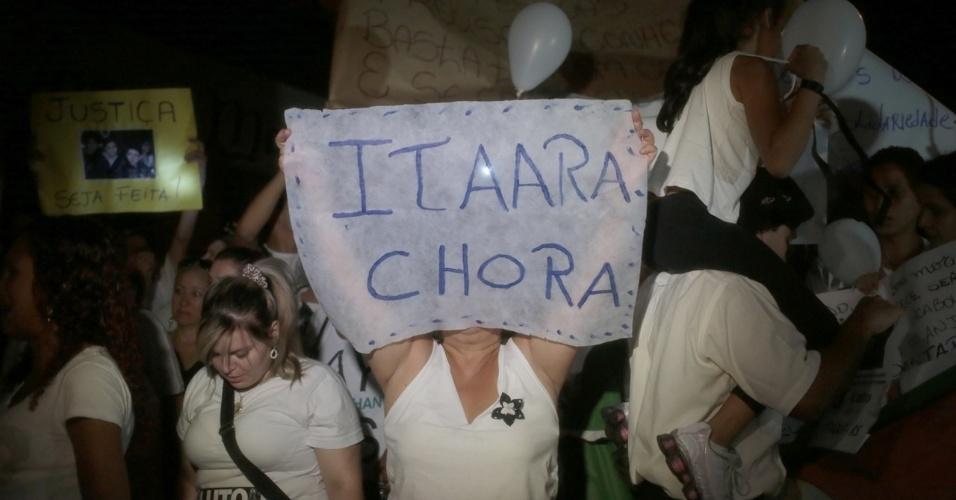 28.jan.2013 - Manifestantes expressam indignação com cartazes durante passeata pela paz, realizada na praça Saldanha Marinho, em Santa Maria (RS), em homenagem às vítimas do incêndio na boate Kiss, que matou 231 pessoas