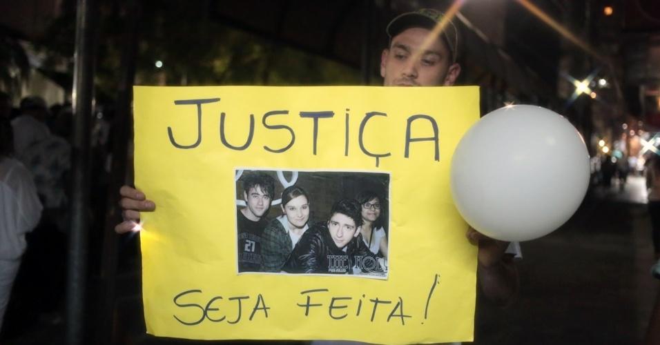 28.jan.2013 - Manifestantes pedem por Justiça durante passeata pela paz, realizada na praça Saldanha Marinho, em Santa Maria (RS), em homenagem às vítimas do incêndio na boate Kiss, que matou 231 pessoas
