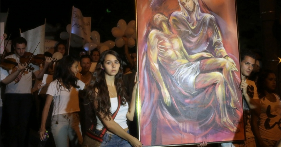 28.jan.2013 - Manifestantes seguram pintura com imagem de Nossa Senhora segurando Jesus durante passeata pela paz, realizada na praça Saldanha Marinho, em Santa Maria (RS), em homenagem às vítimas do incêndio na boate Kiss, que matou 231 pessoas