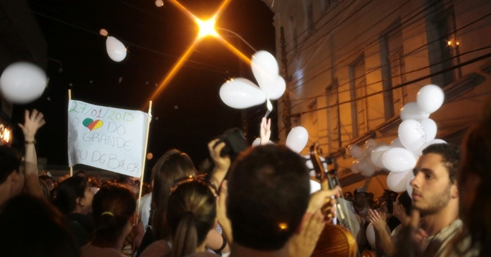 28.jan.2013 - Manifestantes soltam balões brancos durante passeata pela paz, realizada na praça Saldanha Marinho, em Santa Maria (RS), em homenagem às vítimas do incêndio na boate Kiss, que matou 231 pessoas