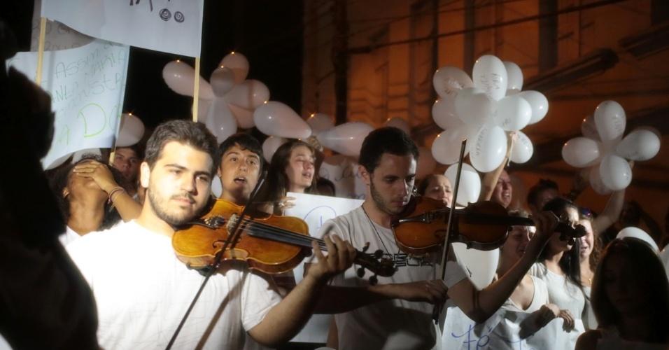 28.jan.2013 - Manifestantes tocam violino durante passeata pela paz, realizada na praça Saldanha Marinho, em Santa Maria (RS), em homenagem às vítimas do incêndio na boate Kiss, que matou 231 pessoas na madrugada deste domingo (27)