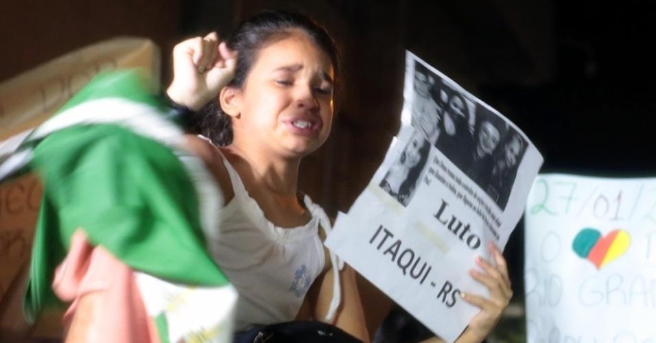 28.jan.2013 - Menina chora durante passeata pela paz, realizada na praça Saldanha Marinho, em Santa Maria (RS), em homenagem às vítimas do incêndio na boate Kiss, que matou 231 pessoas
