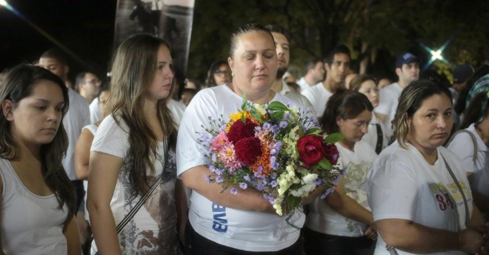 28.jan.2013 - Mulher segura flores durante passeata pela paz, realizada na praça Saldanha Marinho, em Santa Maria (RS), em homenagem às vítimas do incêndio na boate Kiss, que matou 231 pessoas