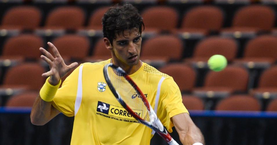 28.jan.2013 - Thomaz Bellucci faz treino na quadra do confronto entre EUA e Brasil pela Copa Davis, em Jacksonville, na Flórida