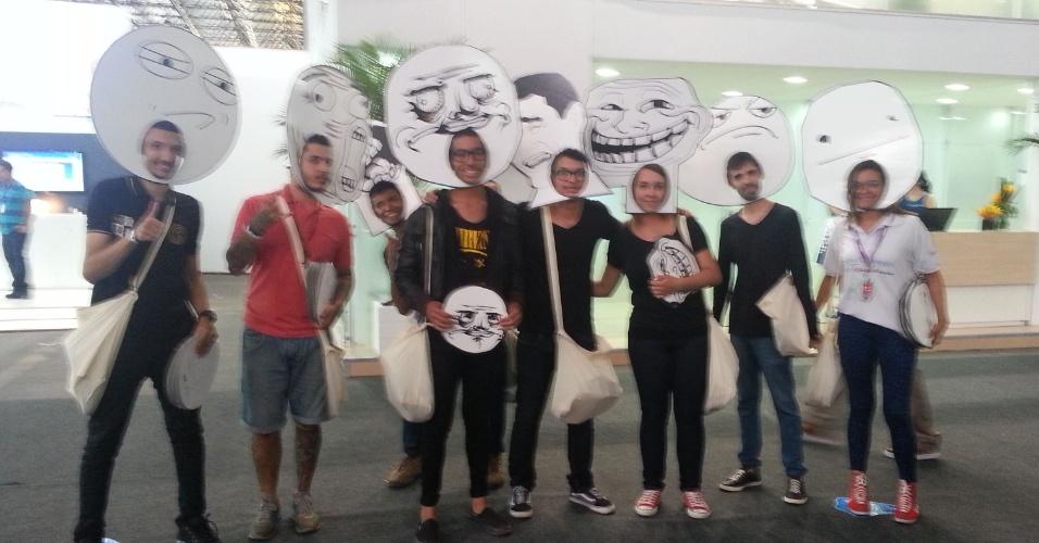 29.jan.2013 - A Vivo distribuiu máscaras de memes no segundo dia da Campus Party 2013. O objetivo da ação é promover o estande da empresa no evento e sortear prêmios