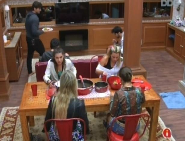 29.jan.2013 - Andressa, Fernanda, Marien e Kamilla almoçam na cozinha do quarto biblioteca