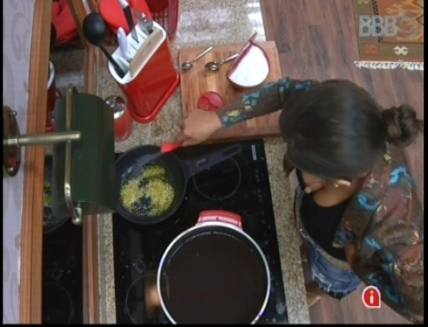 29.jan.2013 - Andressa tempera o feijão para o grupo xepa, sozinha na cozinha