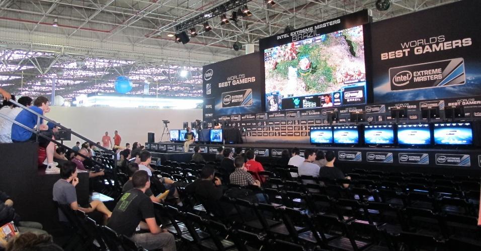 29.jan.2013 - Arena onde será realizada a etapa Brasil do Intel Extreme Masters, campeonato de videogame. Quem gosta de jogar vai encontrar no estande vários computadores e até mesmo um simulador de F-1 para se divertir na Campus Party 2013. Essa e outras atividades gratuitas são realizadas na área Expo do evento, que vai até dia 3 de fevereiro