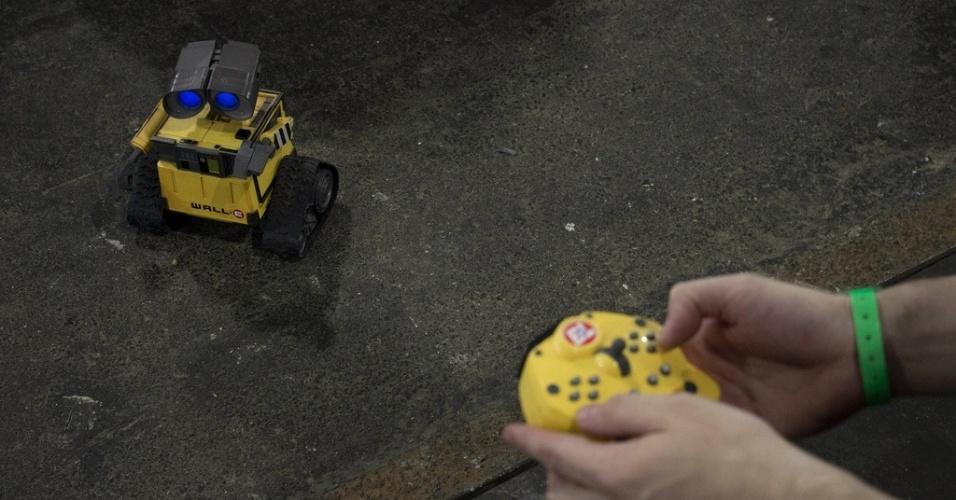 29.jan.2013 - Campuseiro levou seu robô para o evento. A foto acima foi tirada na segunda-feira (28), dia de abertura da feira