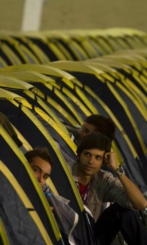 29.jan.2013 - Campuseiros ocupam barracas da Campus Party, onde 4.000 dos 8.000 participantes devem ficar acampados. A foto acima foi tirada na segunda-feira (28), dia de abertura da feira
