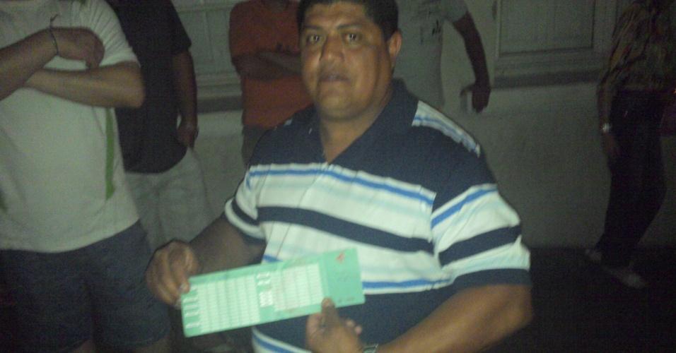 29.jan.2013 - Clandio Machado mostra comanda da boate Kiss de seu filho, que sobreviveu à tragédia que deixou mais de 230 mortos na madrugada do último domingo (27)