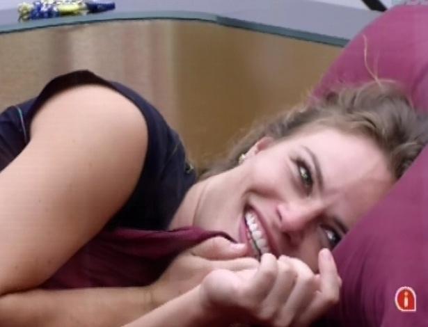 29.jan.2013 - Deitada na cama do líder, Natália provoca Yuri