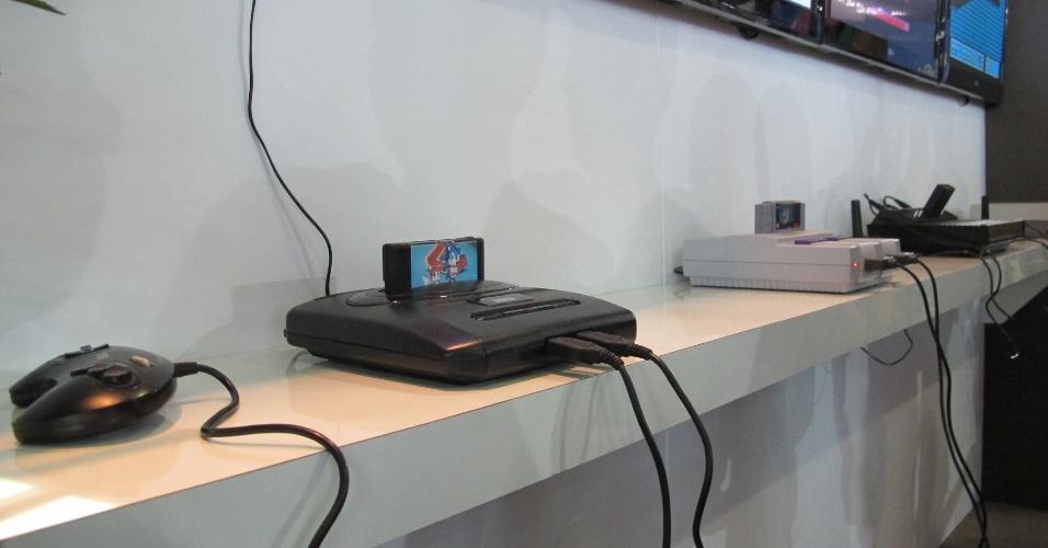 29.jan.2013 - Em vários estandes da área de exposições da Campus Party, que tem entrada gratuita, é possível jogar em fliperamas, simuladores e consoles -- antigos, como Atari e Nintendinho -- ou novos, como o Kinect. Várias atividades são realizadas na área de exposições do evento, que vai até dia 3 de fevereiro. A entrada no local é gratuita