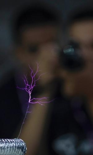 29.jan.2013 - Experimento na Campus Party 2013 propõe composição musical através de raios com uso de software livre. A foto acima foi tirada na segunda-feira (28), dia de abertura da feira