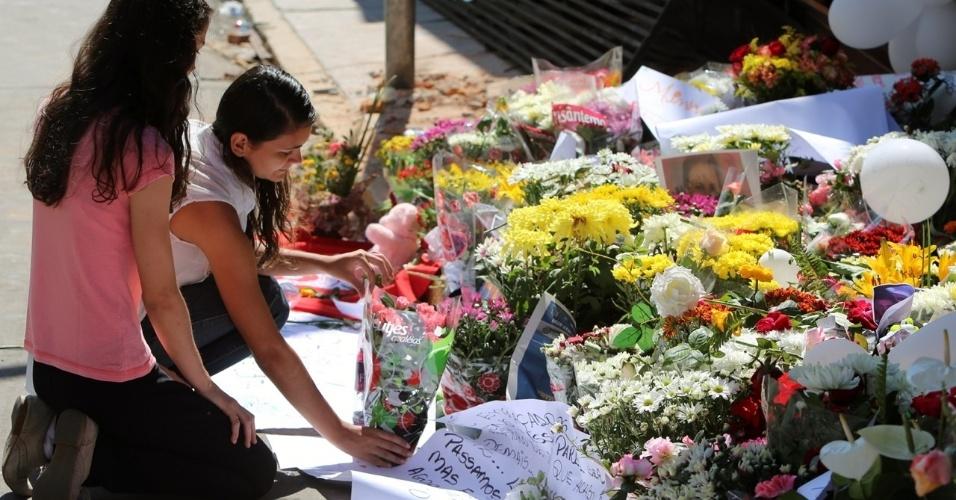 29.jan.2013 - Garotas prestam homenagem a vítimas do incêndio em frente à boate Kiss, em Santa Maria