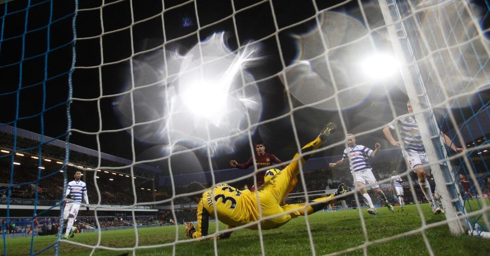 29.jan.2013 - Goleiro brasileiro Julio Cesar (33), do Queens Park Rangers, defende chute à queima-roupa de Agüero, do Manchester City, durante jogo do Campeonato Inglês