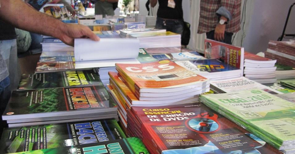 29.jan.2013 - Há até uma banca de livros sobre tecnologia na zona de exposição da Campus Party 2013. Qualquer um dos título custa R$ 10
