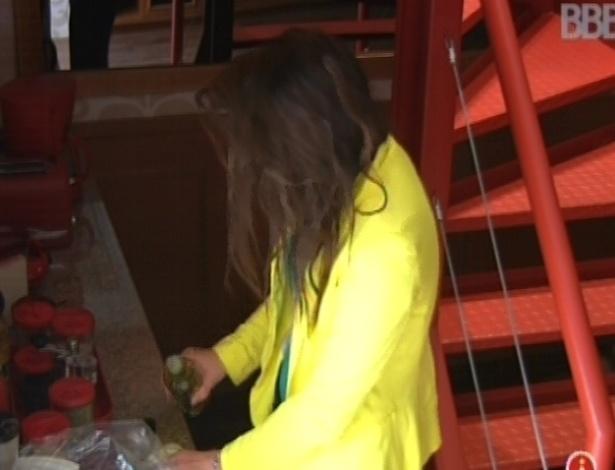 29.jan.2013 - Kamilla acorda antes que outros participantes e prepara lanche