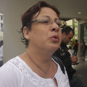 Lenir Fagundes, mãe de Handrey Fagundes, 19, que foi pisoteado e inalou gás tóxico, mas sobreviveu