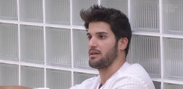 29.jan.2013 - Marcello conversa com outros brothers no jardim da casa