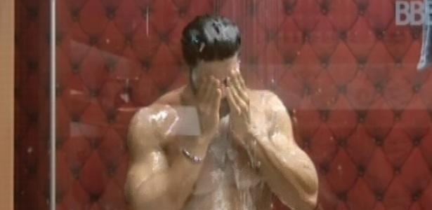 29.jan.2013 - Marcello toma banho após bombear a manivela da água quente do lado de fora da casa