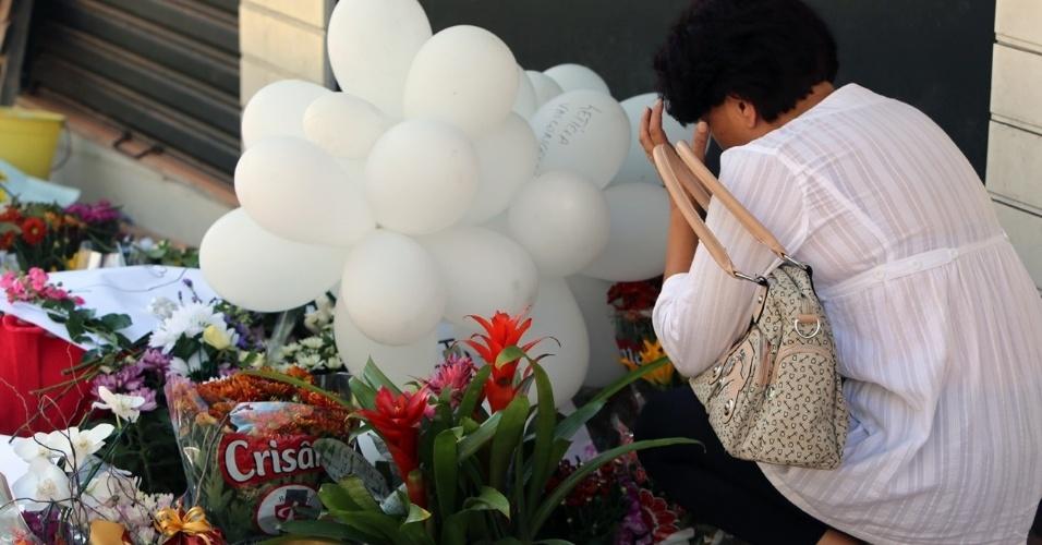 29.jan.2013 - Mulher reza a vítimas do incêndio em frente à boate Kiss, em Santa Maria