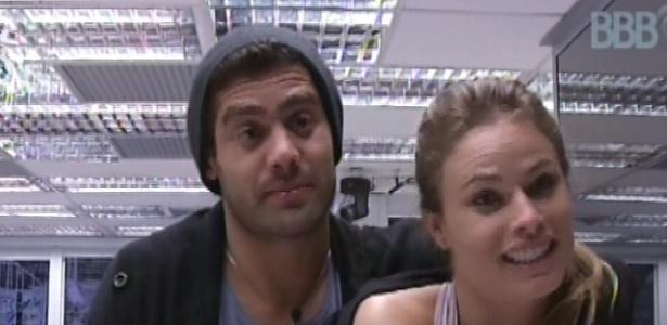 29.jan.2013 - Natália diz a Yuri que seus pais são muito bravos e que é melhor eles dormirem separados
