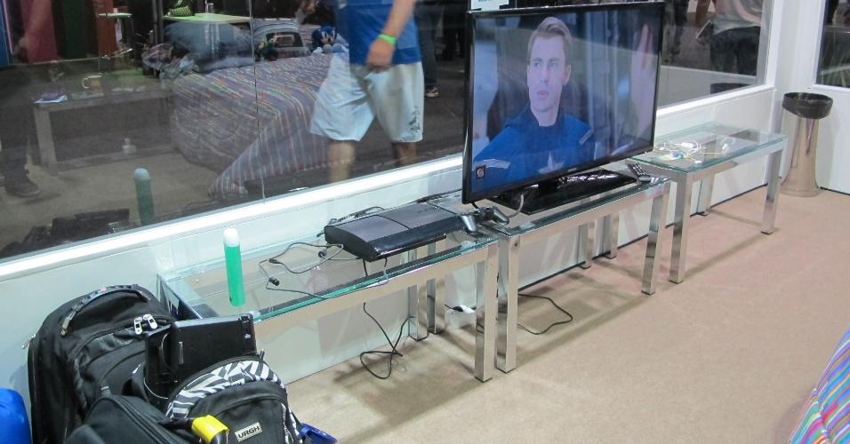 """29.jan.2013 -  No """"Quarto de Luxo"""", além da cama confortável, existe uma televisão 3D com home theater e blu-ray, além de um Playstation 3 com vários jogos e filmes. Todos os itens do quarto -- exceto os filmes e jogos -- serão leiloados no final da Campus Party"""