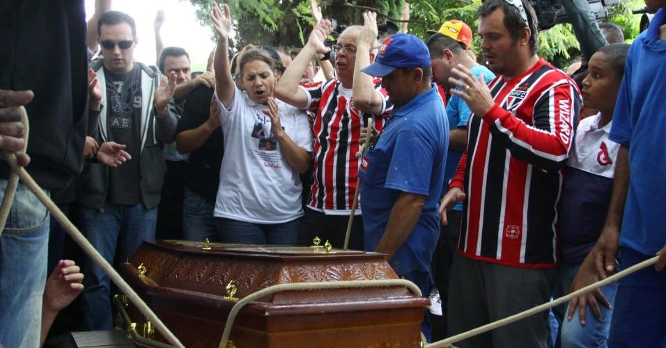 29.jan.2013 - O corpo do paulista Rafael Paulo Nunes de Carvalho, 32, foi enterrado no Cemitério das Lágrimas, em São Caetano do Sul (ABC paulista), na manhã desta terça-feira. Rafael, que era representante comercial, morreu no incêndio que matou outras 231 pessoas na boate Kiss, em Santa Maria (RS)