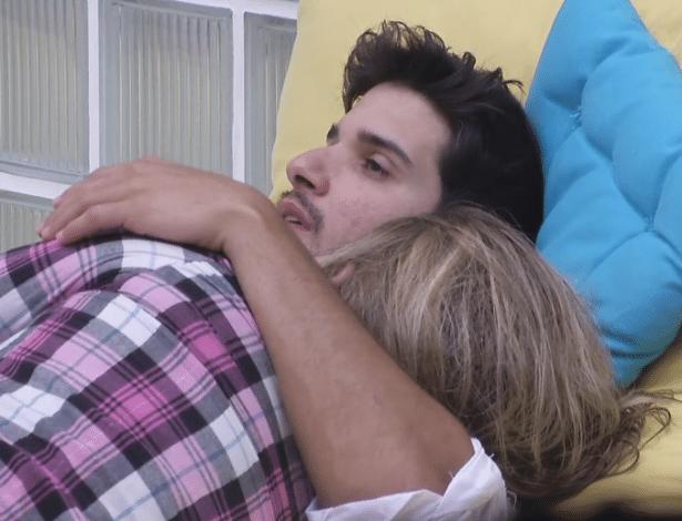 29.jan.2013 - O emparedado Marcello e Fani descansam abraçados nas almofadas