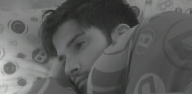 29.jan.2013 - O emparedado Marcello se mostra pensativo antes de dormir