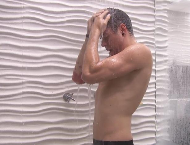 29.jan.2013 - O gaúcho Nasser chora durante o banho na noite desta terça-feira