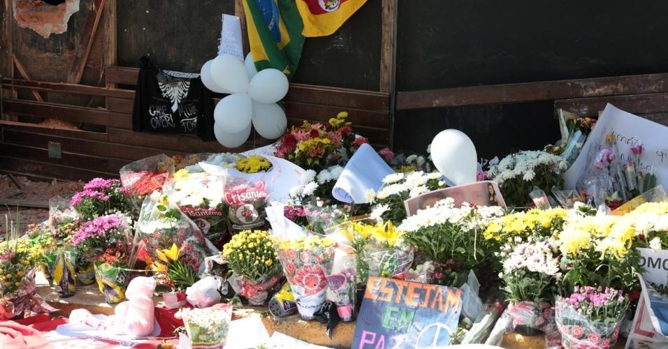 29.jan.2013 - Oferendas às vítimas do incêndio são postas em frente à boate Kiss, em Santa Maria
