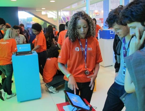 29.jan.2013 - Para quem ainda não conhece o Windows 8, a Microsoft tem um estande na Campus Party 2013 com várias máquinas para visitantes testarem o novo sistema operacional. Várias atividades são realizadas na área de exposições do evento, que vai até dia 3 de fevereiro. A entrada no local é gratuita