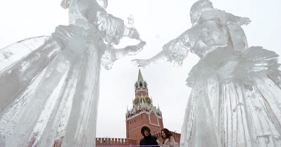 29.jan.2013 - Pessoas olham para esculturas de gelo em exibição perto da catedral de São Basílio, em Moscou, na Rússia