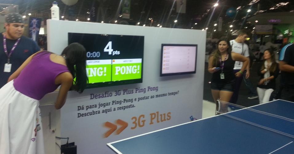 """29.jan.2013 - Ping-pong para nerds exige que jogadores digitem """"ping"""" ou """"pong"""" após cada rebatida de bola. Os pontos só são válidos se o jogador acertar a digitação da palavra depois de bater na bolinha"""