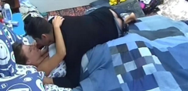 29.jan.2013 - Yuri dá um beijo em Natália e depois deita ao lado da sister para dormir. Os dois fizeram as pazes à noite