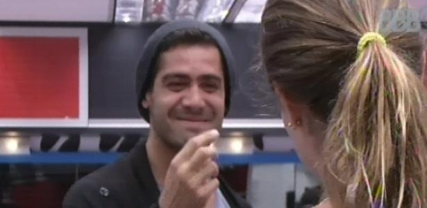 29.jan.2013 - Yuri e Natália conversam sobre a possibilidade de dormirem juntos.