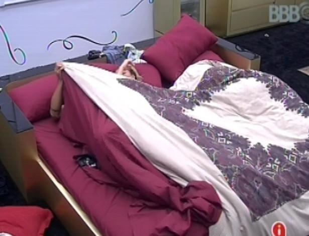 29.jan.2013 - Yuri e Natália, que fizeram as pazes durante a noite, se recusam a levantar da cama